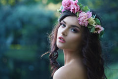 有牡丹的浪漫妇女开花户外 免版税图库摄影