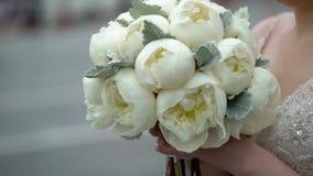 有牡丹花束的新娘