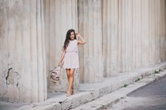 有牡丹花束的美丽的女孩  图库摄影