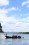 有物品运输的长尾巴木小船 免版税库存图片