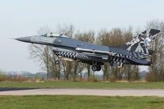 有特别尾巴艺术着陆的RBAF F-16在弗里斯兰省人旗子 免版税库存照片