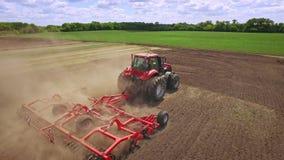 有犁在农田的拖车的农业拖拉机 农业机械 股票视频