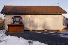 有犁雪的拖拉机 免版税图库摄影