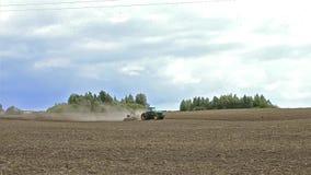 有犁领域的犁的拖拉机在收获以后 股票录像
