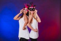 有狂欢节威尼斯式面具的两名妇女 免版税图库摄影