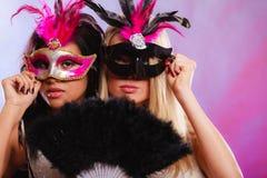 有狂欢节威尼斯式面具的两名妇女 库存照片