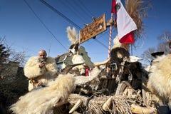 有狂欢节汽车的人在'Busojaras',冬天的葬礼狂欢节  免版税图库摄影