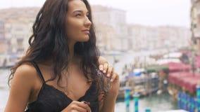 有狂欢节面具的妇女在威尼斯 股票录像