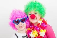 有狂欢节面具的小愉快的孩子 免版税图库摄影
