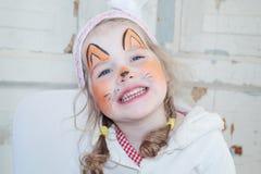 有狐狸面孔绘画的小美丽的女孩微笑 免版税图库摄影