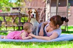 有狗和孙女的祖母 免版税库存照片