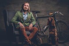 有狗和自行车的一个人 免版税库存图片