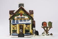 有狗和邮箱小雕象的斯诺伊邮局 库存图片