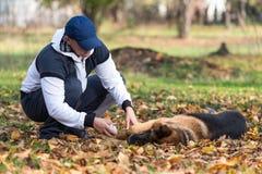有狗德国牧羊犬的人 免版税库存图片