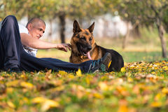 有狗德国牧羊犬的人 免版税库存照片