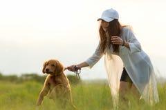 有狗朋友的亚裔妇女 免版税库存照片