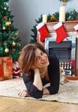 有狗的中年妇女在有圣诞节装饰的屋子里 库存照片