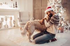有狗的人在新年` s伊芙 库存照片