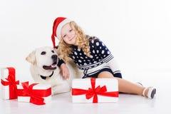 有狗的俏丽的儿童女孩在演播室坐 免版税库存图片