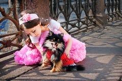有狗的典雅的女孩 免版税库存照片