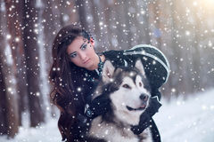 有狗的可爱的妇女 免版税库存照片