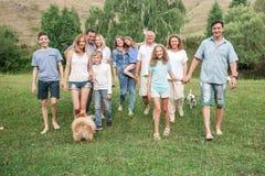 有狗的大家庭户外 免版税库存图片