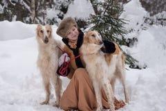 有狗的女孩在冬天 免版税库存照片