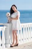 有狗的女孩在沿海岸区 免版税库存照片