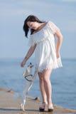 有狗的女孩在seafron 免版税库存照片