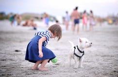 有狗的女孩 免版税库存图片