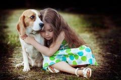 有狗的女孩 库存图片