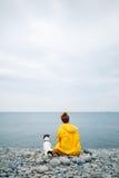 有狗的妇女在海岸 免版税图库摄影