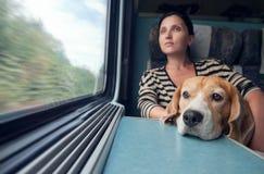 有狗的妇女在火车无盖货车 免版税库存图片