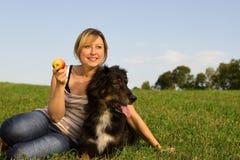 有狗的妇女 免版税库存图片
