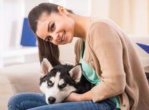 有狗的妇女 图库摄影