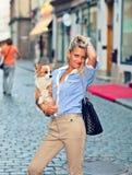 有狗的妇女 免版税库存照片