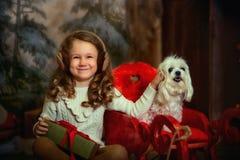 有狗的小女孩在圣诞前夕 图库摄影