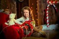 有狗的小女孩在圣诞前夕 免版税库存图片