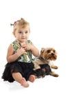 有狗的小女孩坐地板 库存照片
