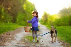 有狗的小女孩 图库摄影
