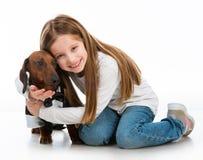 有狗的小女孩 免版税图库摄影
