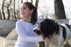 有狗的小女孩 免版税库存图片