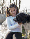 有狗的小女孩 库存图片