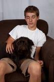有狗的少年 免版税库存图片