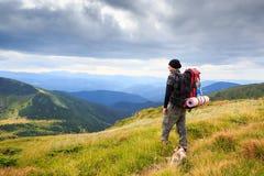 有狗的山徒步旅行者 免版税库存照片