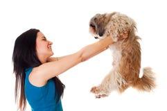 有狗的愉快的女孩 免版税库存图片