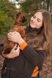 有狗的愉快的女孩 免版税图库摄影