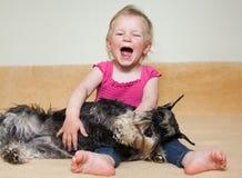 有狗的愉快的女孩 图库摄影