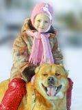 有狗的愉快的小女孩 免版税库存图片