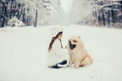 有狗的愉快的小女孩 免版税库存照片